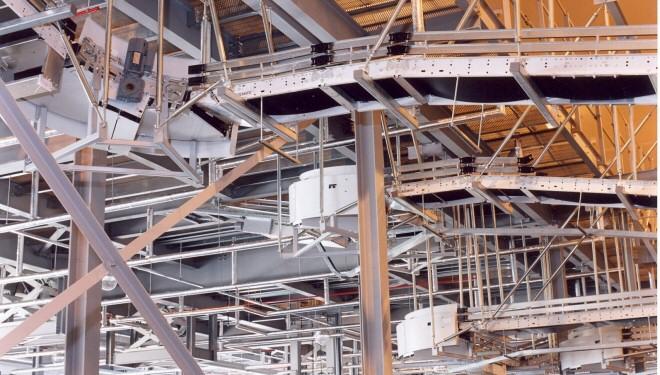 Die Entwicklung der Mezzanin-Industrie: Von einfachen Gerüsten und Sperrholz zu Hochleistungsstahlwerk und ‑böden.